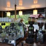 Siebträgermaschine und zwei Kaffeemühlen