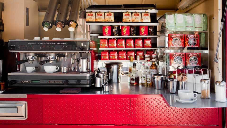 Das rote Kaffeemobil von innen