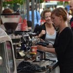 Barista bereitet Kaffee für Messegäste zu