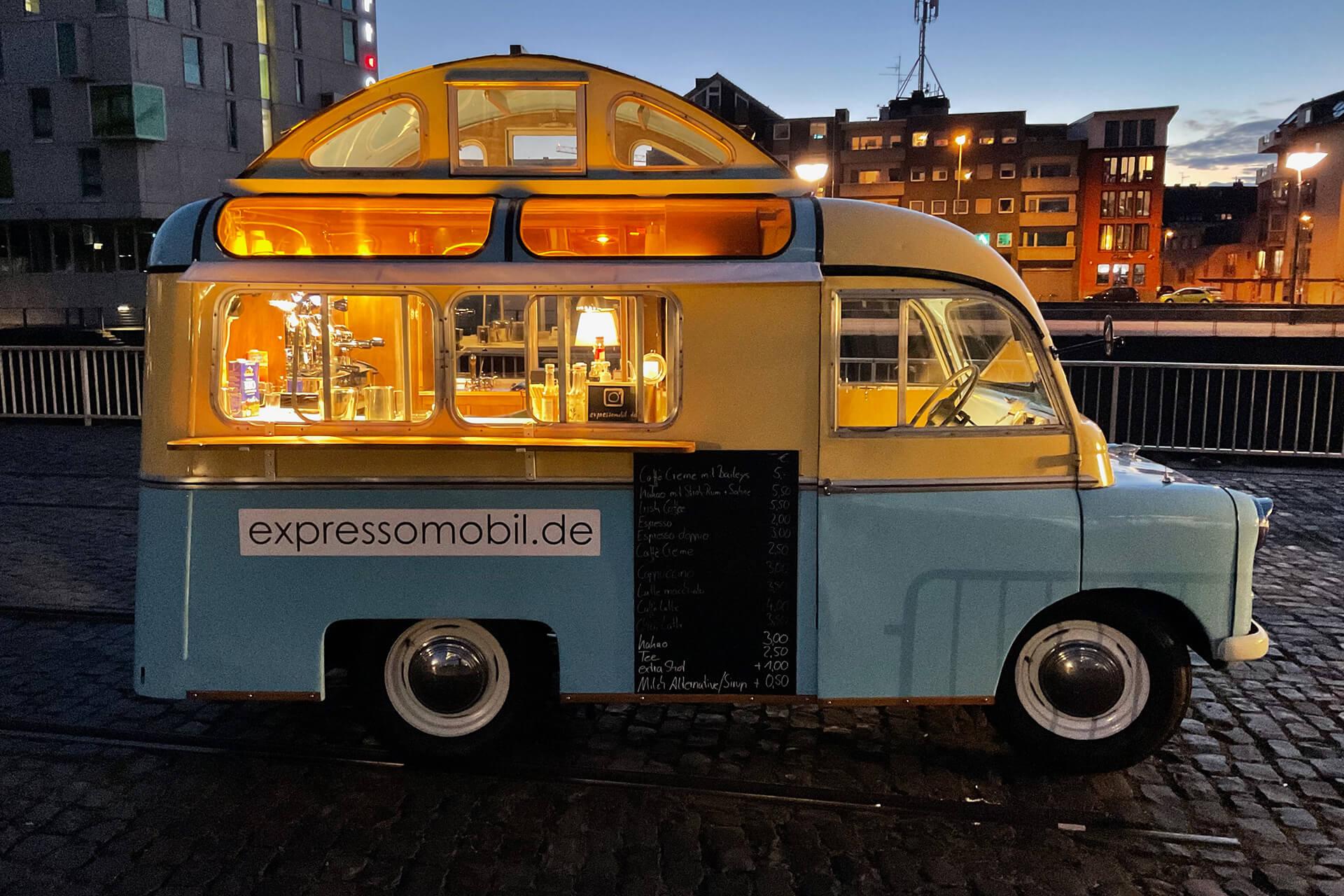 Das Bedford-Kaffeemobil am Abend