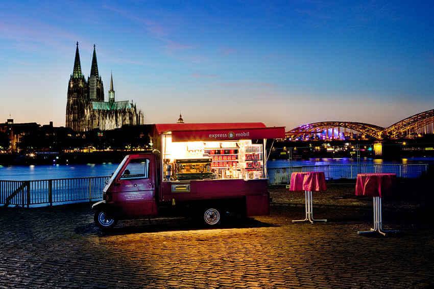 Kaffeemobil bei Nacht vorm Dom in Köln