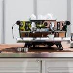 Siebträgermaschine und Kaffeemühle auf einem Kaffeemobil