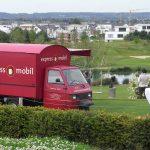 Das rote Espressomobil steht auf einem Golfplatz